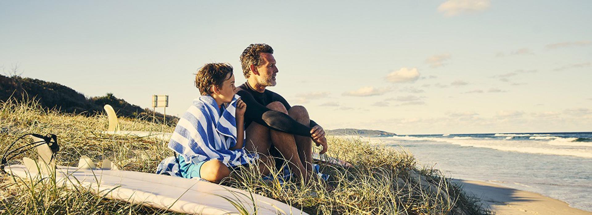 Père et fils au bord de la plage Cap France